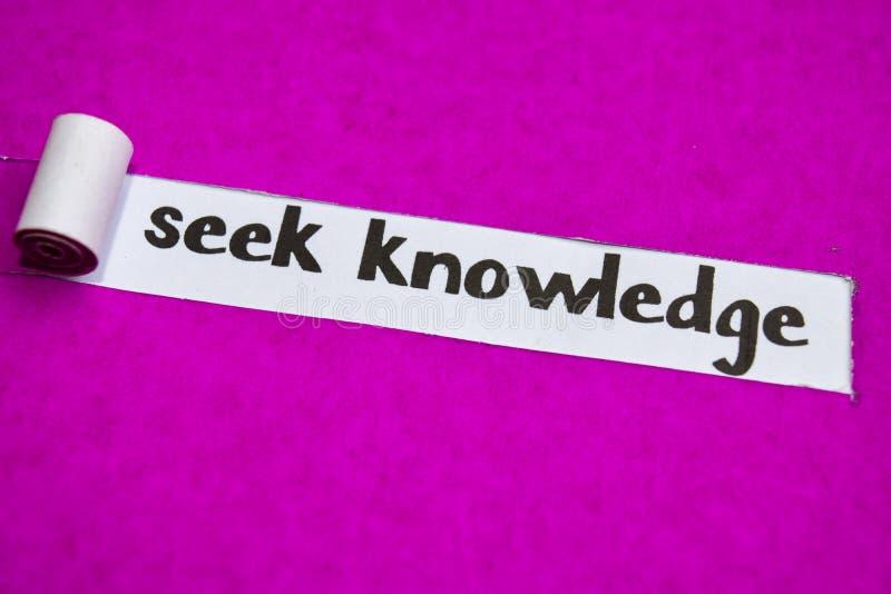 Texto del conocimiento de la búsqueda, concepto de la inspiración, de la motivación y del negocio en el papel rasgado púrpura fotos de archivo libres de regalías