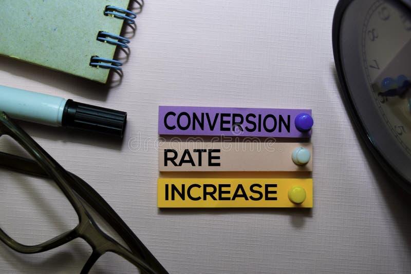Texto del CRI de Rate Increase de la conversión en las notas pegajosas aisladas en el escritorio de oficina fotografía de archivo libre de regalías