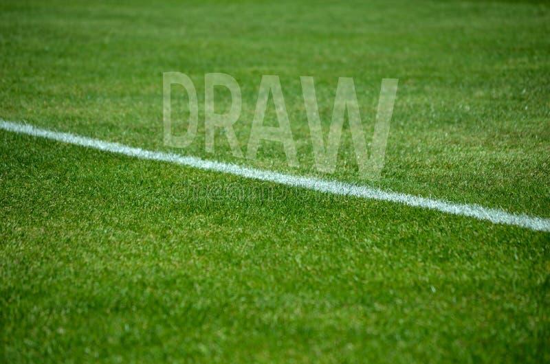 Texto del drenaje del fútbol en hierba con el carril blanco imagenes de archivo