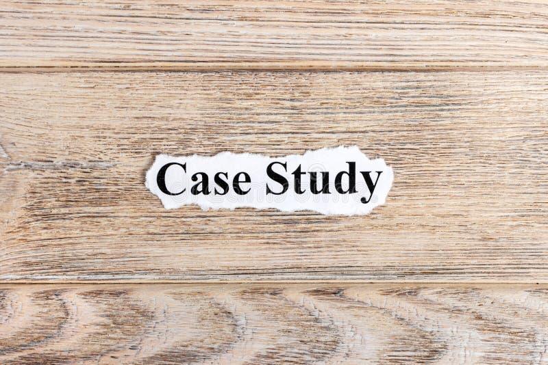 Texto del estudio de caso en el papel Estudio de caso de la palabra en el papel rasgado Imagen del concepto fotos de archivo libres de regalías