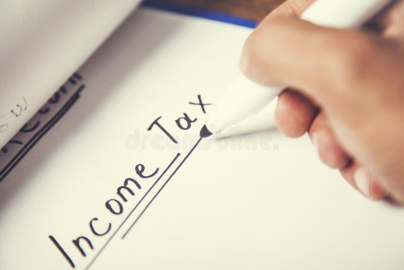 Texto del impuesto sobre la renta en el papel fotografía de archivo