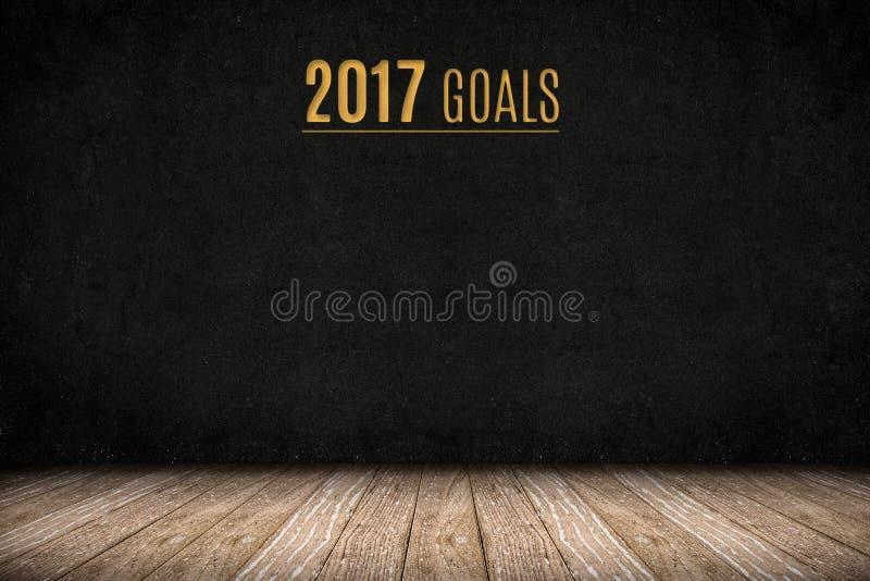 texto del oro de 2017 metas en la pared de la pizarra en el piso de madera del tablón, nuevo foto de archivo libre de regalías
