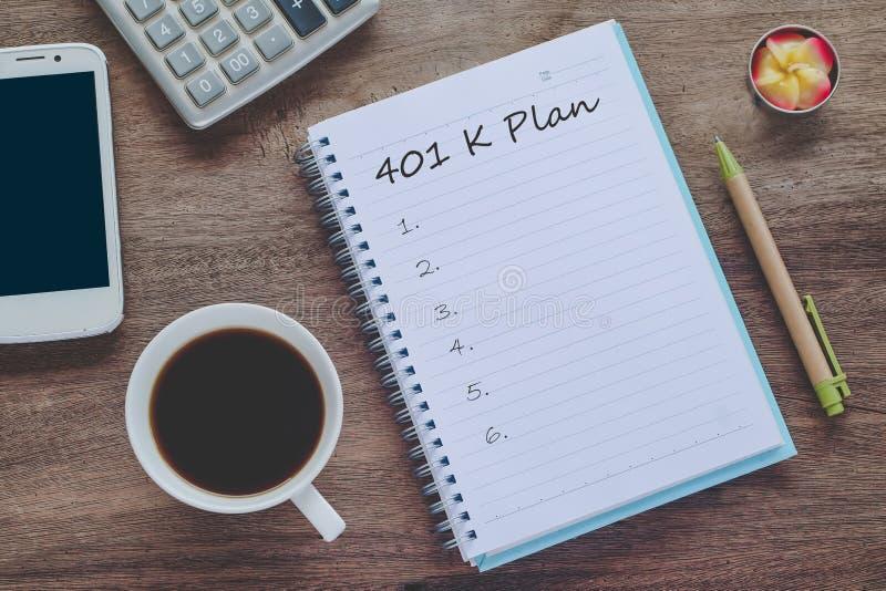 texto del plan 401K en nota de libro con la taza de café, fotos de archivo libres de regalías
