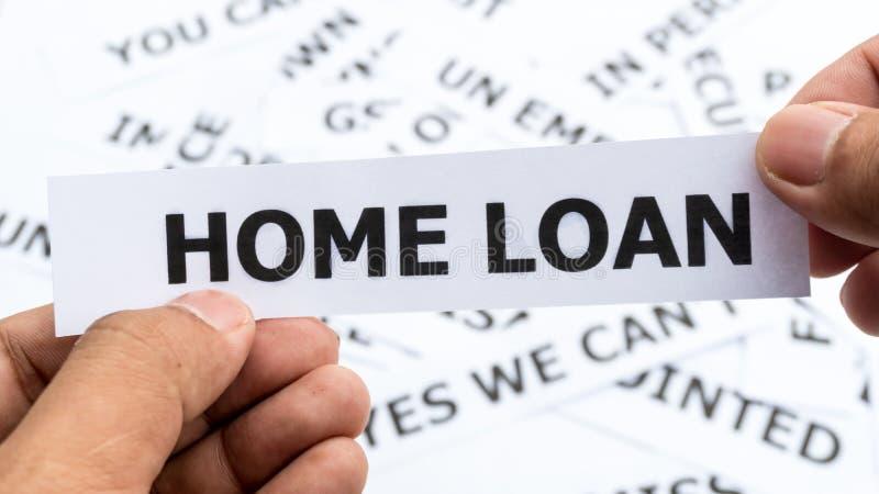 Texto del préstamo hipotecario o significado de la palabra en el papel a disposición que se sostiene imagenes de archivo
