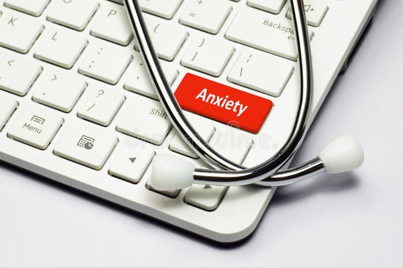 Texto del teclado, de la ansiedad y estetoscopio imagen de archivo libre de regalías