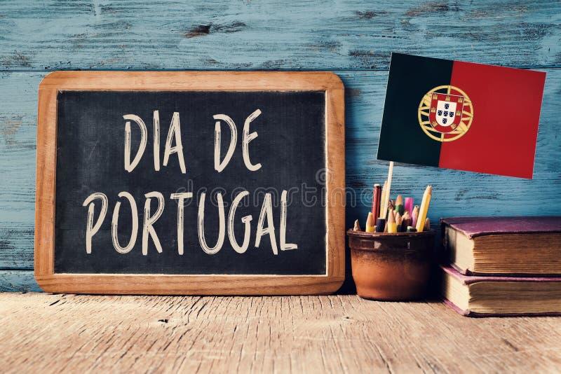 Texto Dia de Portugal e bandeira portuguesa foto de stock royalty free