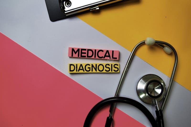 Texto do diagnóstico médico em notas pegajosas com a mesa de escritório da cor Cuidados m?dicos/conceito m?dico fotos de stock