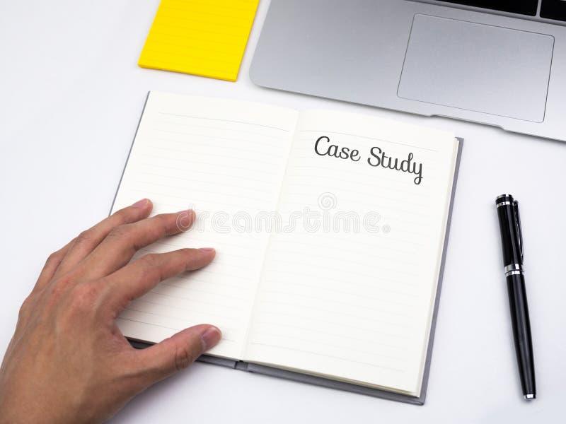 Texto do estudo de caso no caderno na mesa do trabalho imagens de stock
