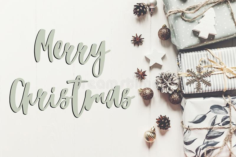 Texto do Feliz Natal, sinal sazonal do cartão de cumprimentos modo à moda imagens de stock royalty free