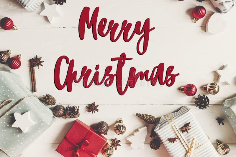 Texto do Feliz Natal, sinal sazonal do cartão de cumprimentos pres envolvidos fotografia de stock royalty free