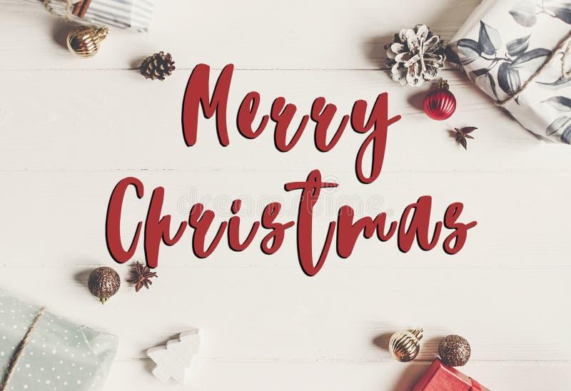 Texto do Feliz Natal, sinal sazonal do cartão de cumprimentos pres envolvidos imagens de stock