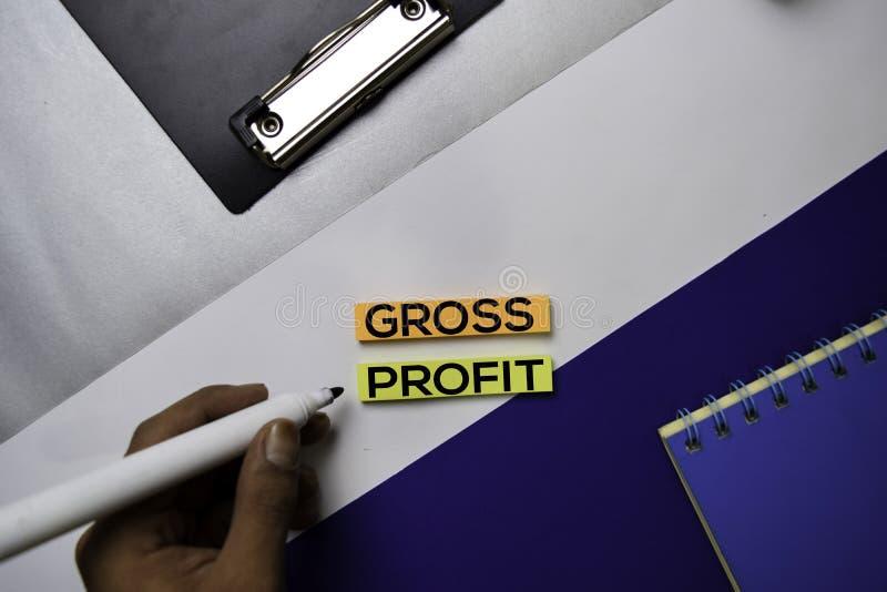 Texto do lucro bruto em notas pegajosas com conceito da mesa de escritório da cor foto de stock royalty free