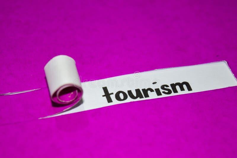 Texto do turismo, conceito da inspiração, da motivação e do negócio no papel rasgado roxo fotos de stock