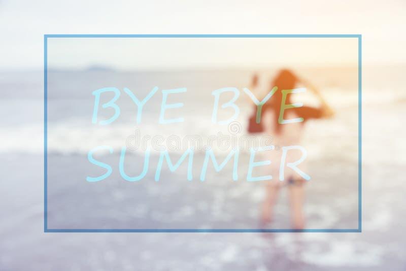 Texto do verão do adeus com fundo borrado da mulher na praia fotos de stock royalty free