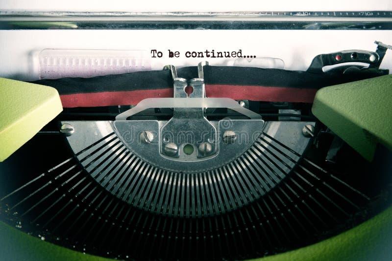 Texto do vintage feito pela máquina de escrever velha, para ser continuado fotografia de stock