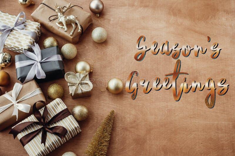 Texto dos cumprimentos da estação, sinal dourado escrito à mão no st do Natal fotos de stock