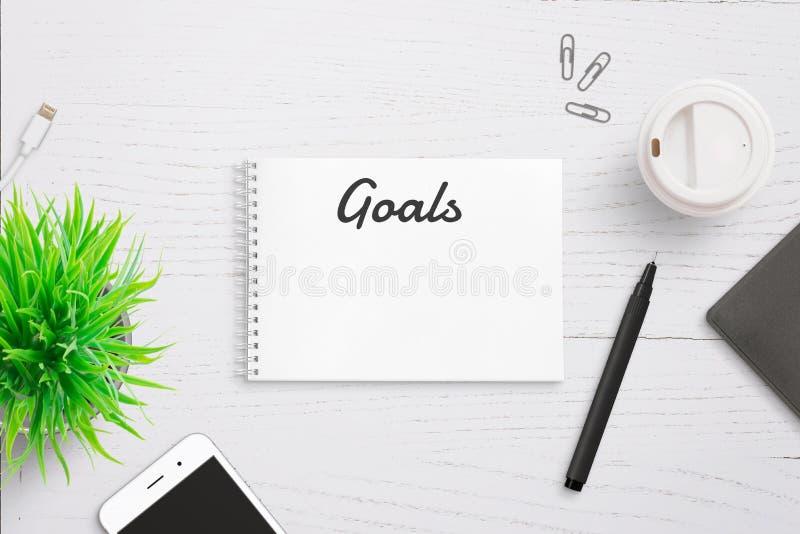 Texto dos objetivos no encabeçamento de página do bloco de notas Lista de escrita anual fotografia de stock