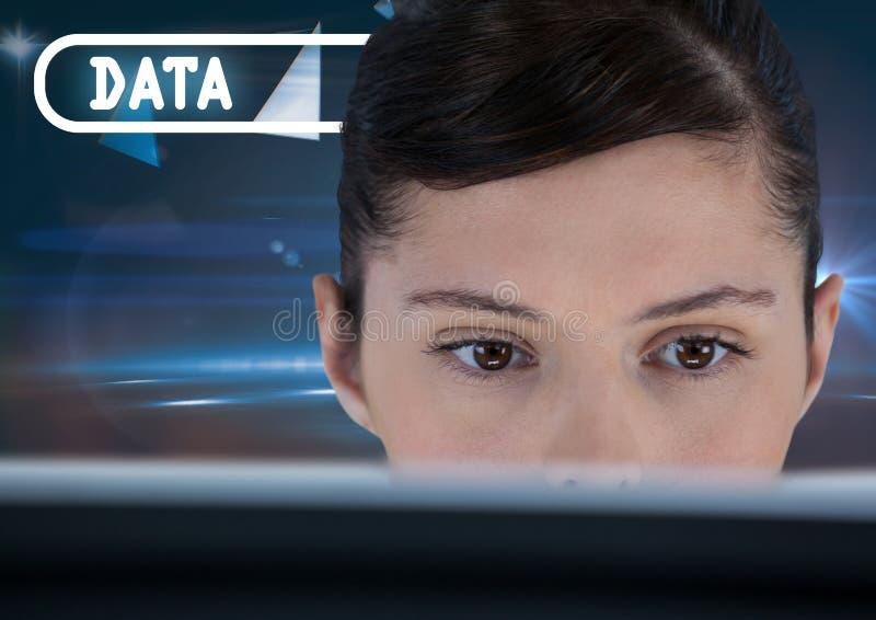 Texto e mulher dos dados no computador foto de stock