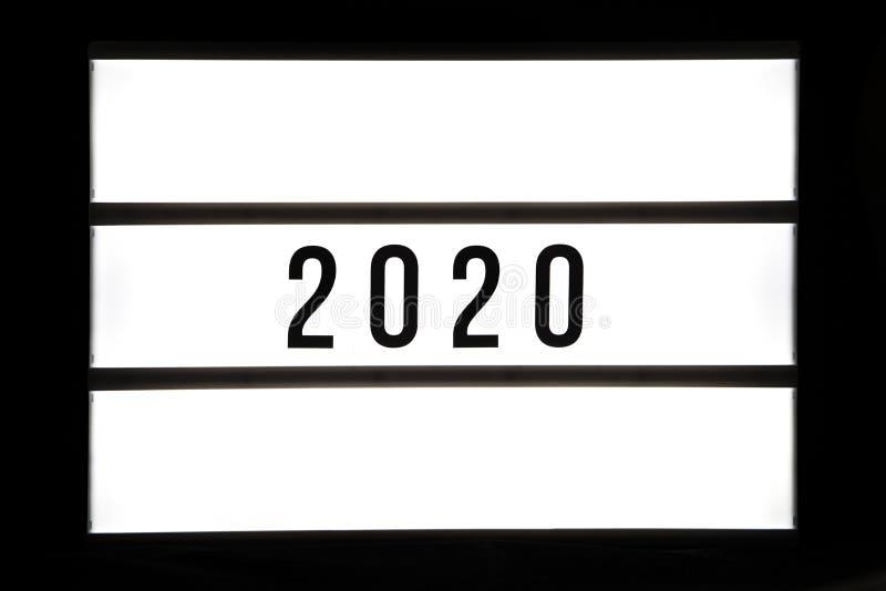 texto 2020 em uma caixa leve imagem de stock
