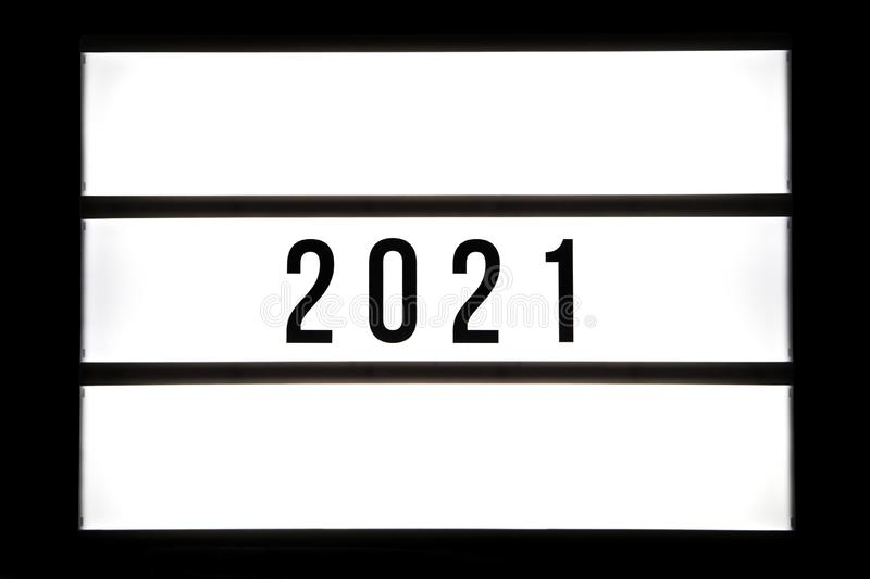 texto 2021 em uma caixa leve foto de stock