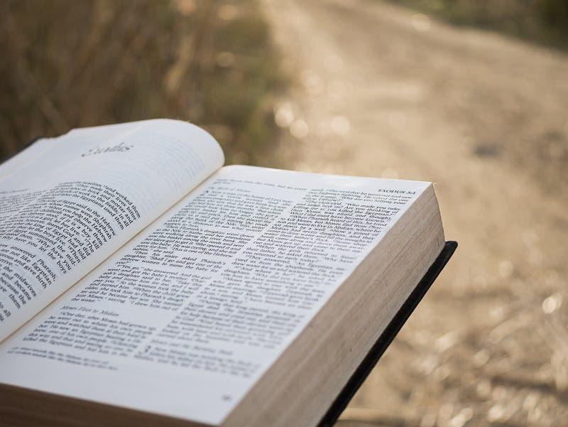 Texto en libro de la Sagrada Biblia fotos de archivo libres de regalías