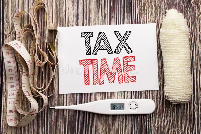 Texto escrito à mão que mostra o tempo do imposto Escrita do conceito da saúde da aptidão do negócio para a nota pegajosa escrita fotografia de stock