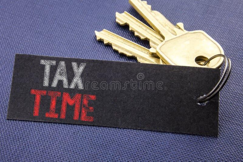 Texto escrito à mão que mostra o tempo do imposto Escrita do conceito do negócio para o lembrete da finança da tributação escrito imagens de stock