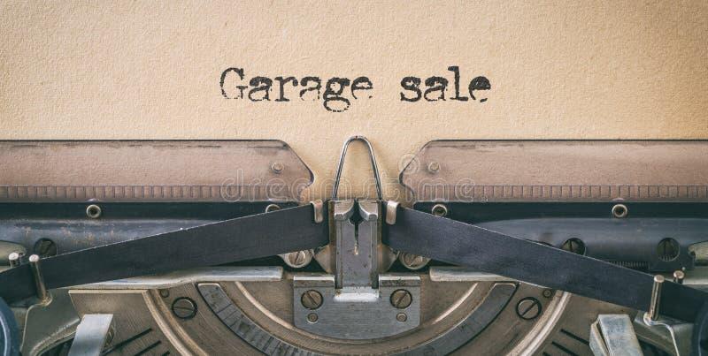 Texto escrito com máquina de escrever vintage - Venda de garagem fotos de stock royalty free