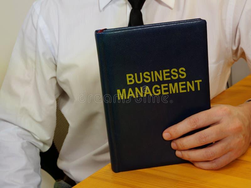 Texto escrito em mão conceitual mostrando o gerenciamento de negócios fotos de stock royalty free
