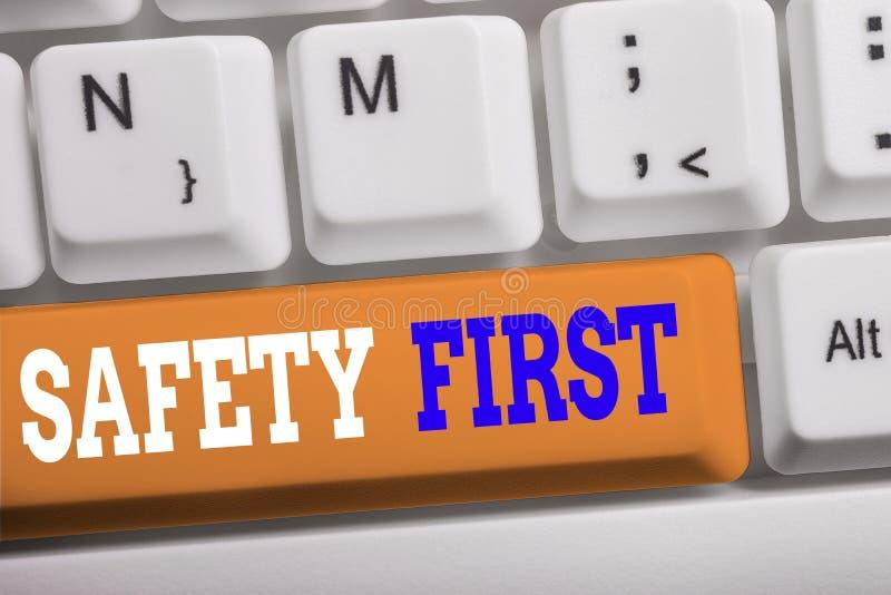 Texto escrito en Word Concepto de seguridad Primer negocio para solía decir que lo más importante es ser un teclado pc blanco se imágenes de archivo libres de regalías