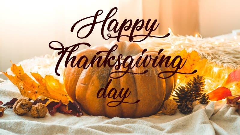 Texto feliz da ação de graças Na casa decorada festão da abóbora, dos cones, das nozes e das folhas de outono feriados da queda d imagens de stock