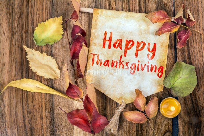 Texto feliz de la acción de gracias con tema del otoño imágenes de archivo libres de regalías
