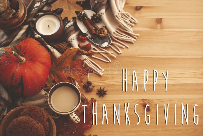 Texto feliz de la acción de gracias en endecha plana del otoño con la calabaza, café, c fotografía de archivo libre de regalías