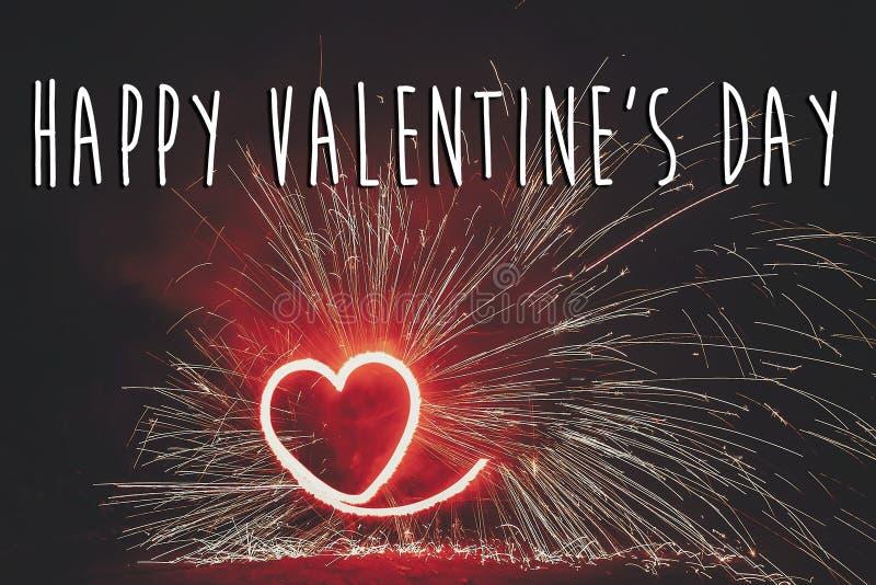 Texto feliz del día del ` s de la tarjeta del día de San Valentín, tarjeta de felicitación roja corazón fi del fuego rojo fotografía de archivo