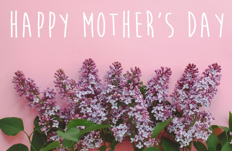 Texto feliz do dia do ` s da mãe, cartão roxo lilás bonito f imagem de stock royalty free