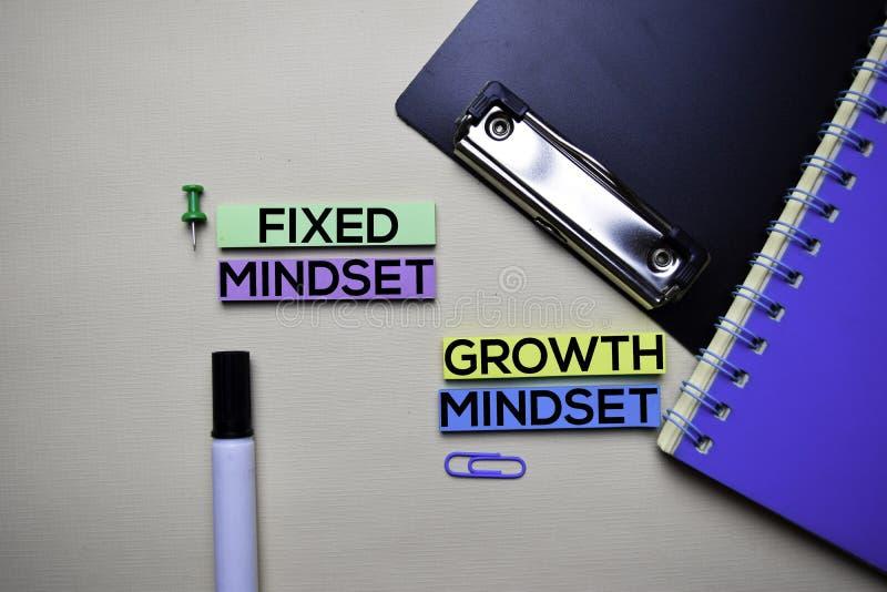 Texto fixo do Mindset ou do Mindset do crescimento em notas pegajosas com conceito da mesa de escritório fotos de stock