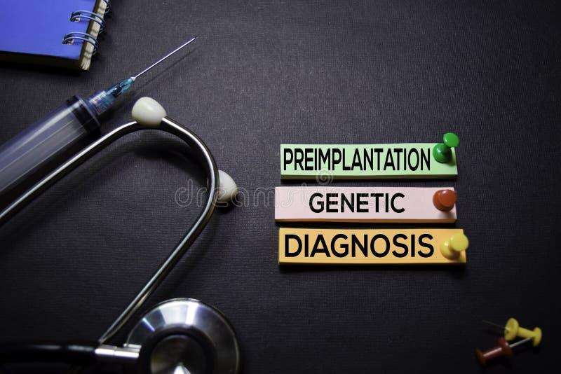 Texto genético do diagnóstico de Preimplantation em notas pegajosas Vista superior isolada no fundo preto Cuidados m?dicos/concei fotos de stock