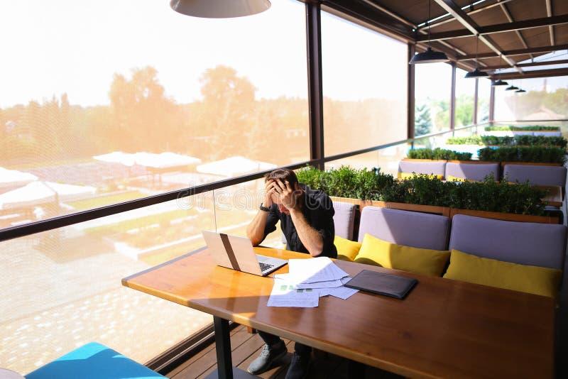 Texto independiente de la reescritura del redactor de anuncios en el ordenador portátil en la tabla del café fotografía de archivo libre de regalías
