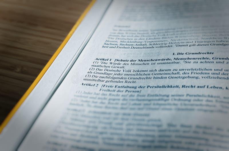 Texto legislativo dos direitos fundamentais dos direitos humanos do GG do artigo 1 das leis de base da República Federal da Alema fotos de stock royalty free