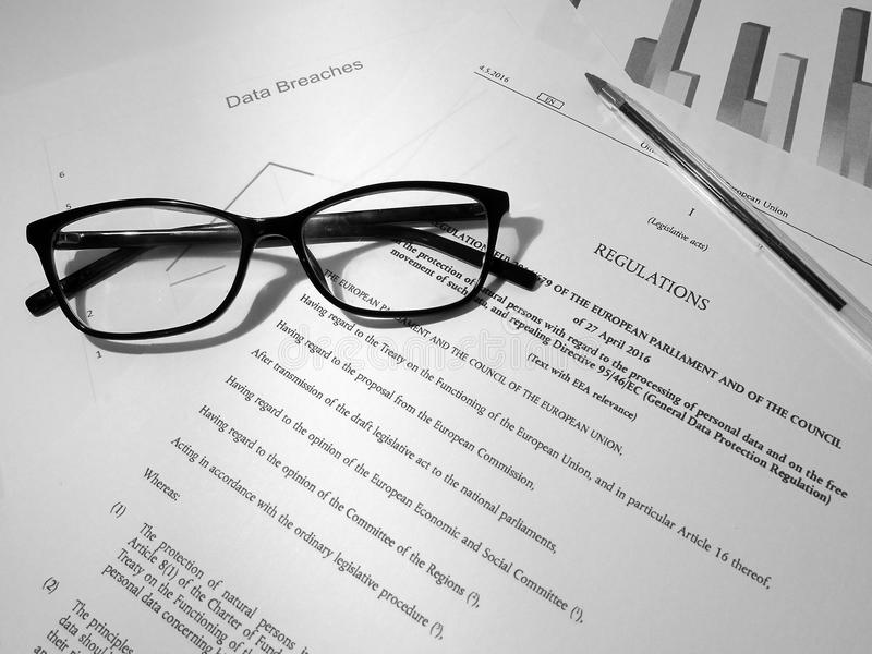 Texto legislativo geral do regulamento GDPR da proteção de dados na mesa desordenada imagem de stock royalty free