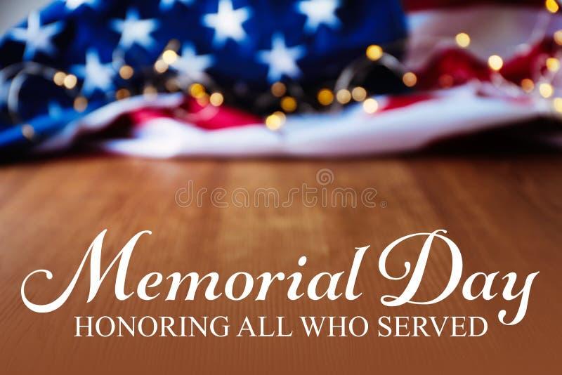 Texto MEMORIAL DAY e luzes feericamente com a bandeira dos EUA no fundo imagens de stock