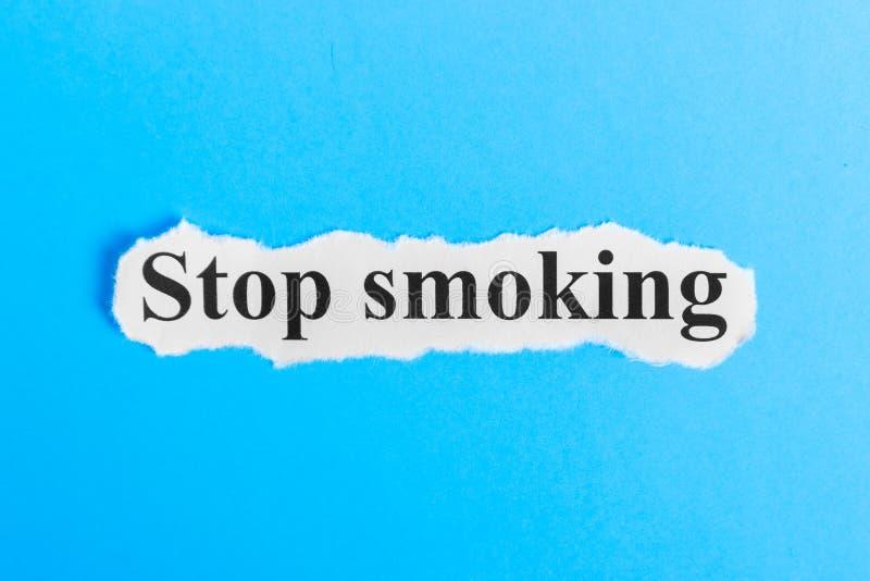 Texto não fumadores no papel Palavra não fumadores em um pedaço de papel Imagem do conceito foto de stock