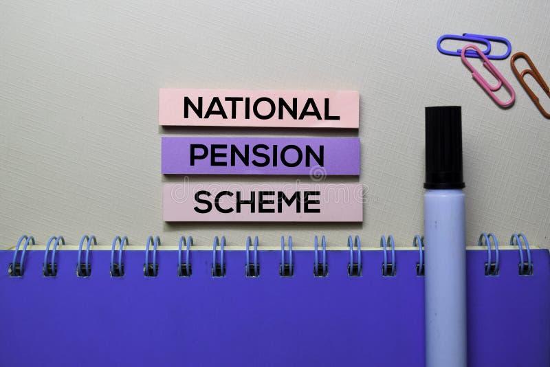 Texto nacional del plan de pensiones en las notas pegajosas aisladas en el escritorio de oficina imagenes de archivo