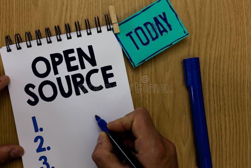 Texto Open Source de la escritura de la palabra Concepto del negocio para denotar el software que hombre disponible original del  imagen de archivo