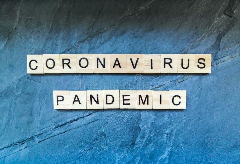 Texto pandêmico do coronavírus em fundo azul fotos de stock royalty free