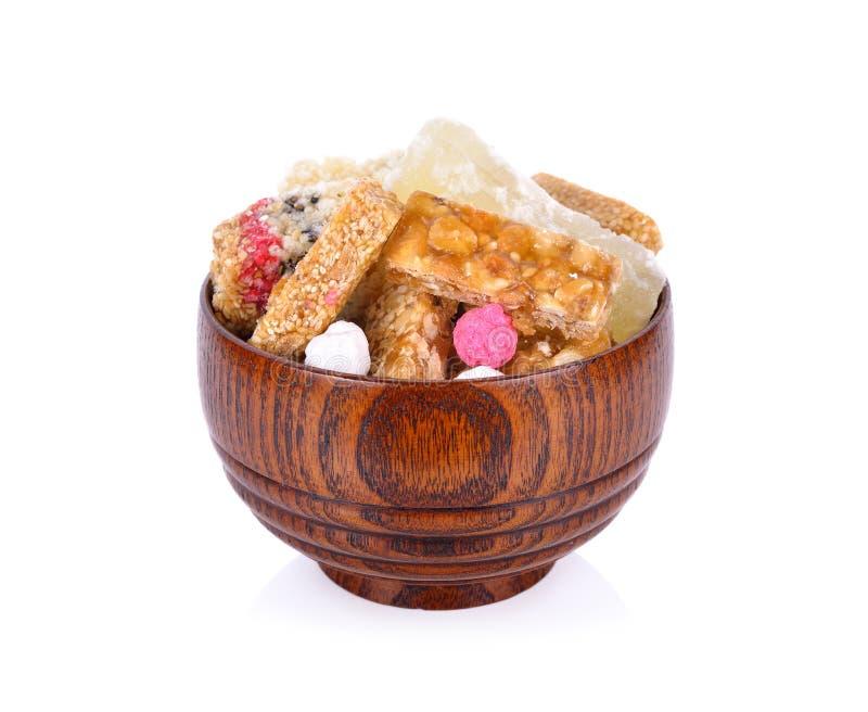 Texto para arriba-tailandés dulce de Kanom chan de la confitura seca del caramelo en cuenco de madera imagen de archivo libre de regalías