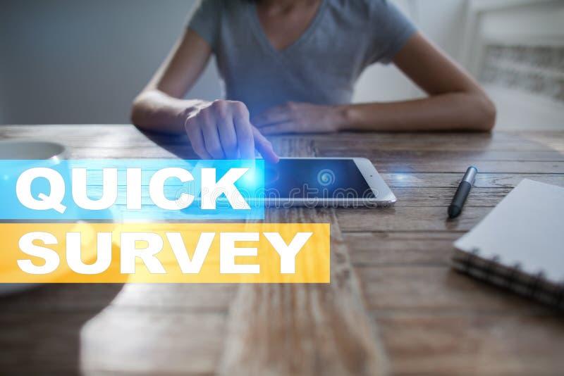 Texto rápido da avaliação na tela virtual Feedback e homenagens dos clientes Internet do negócio e conceito da tecnologia fotos de stock royalty free