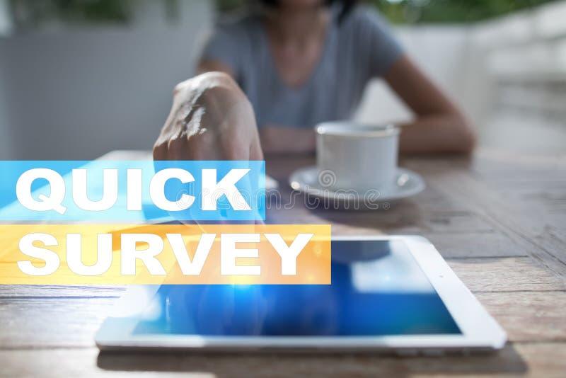 Texto rápido da avaliação na tela virtual Feedback e homenagens dos clientes Internet do negócio e conceito da tecnologia fotografia de stock royalty free
