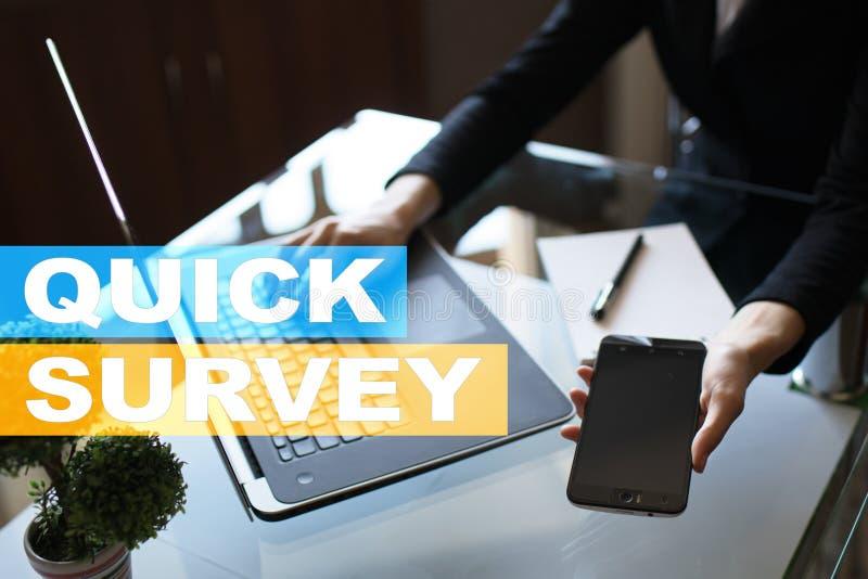Texto rápido da avaliação na tela virtual Feedback e homenagens dos clientes Internet do negócio e conceito da tecnologia foto de stock