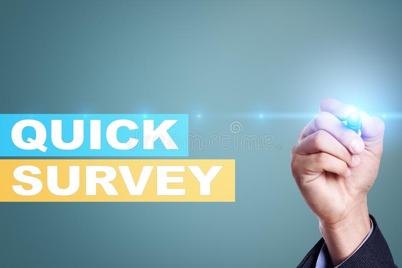 Texto rápido de la encuesta en la pantalla virtual Reacción y certificados de los clientes Internet del negocio y concepto de la  imagen de archivo libre de regalías